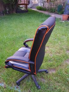 Ahol a kárpitos alkot.. ott az irodai szék új életre kelt..